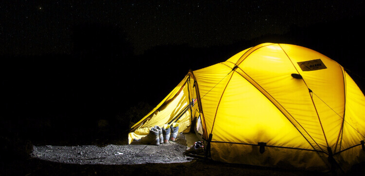 Zelt unter Sternen: Symbolbild für das Jungschar-Zeltlager-Wochenende