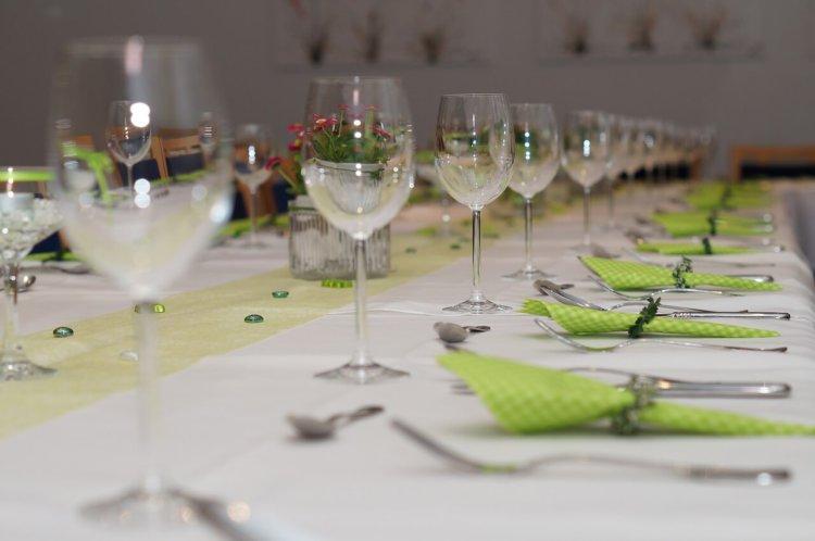 """Symbolbild: """"Gedeckter Tisch"""": Weingläser und Besteck auf einem Tisch."""