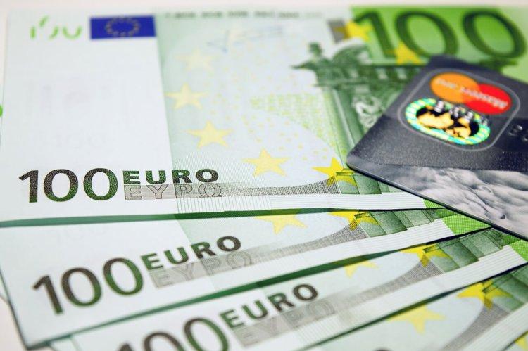 """Symbolbild: """"Wer ist der Größte?"""": 100-Euro-Scheine und eine Kreditkarte in Nahaufnahme"""