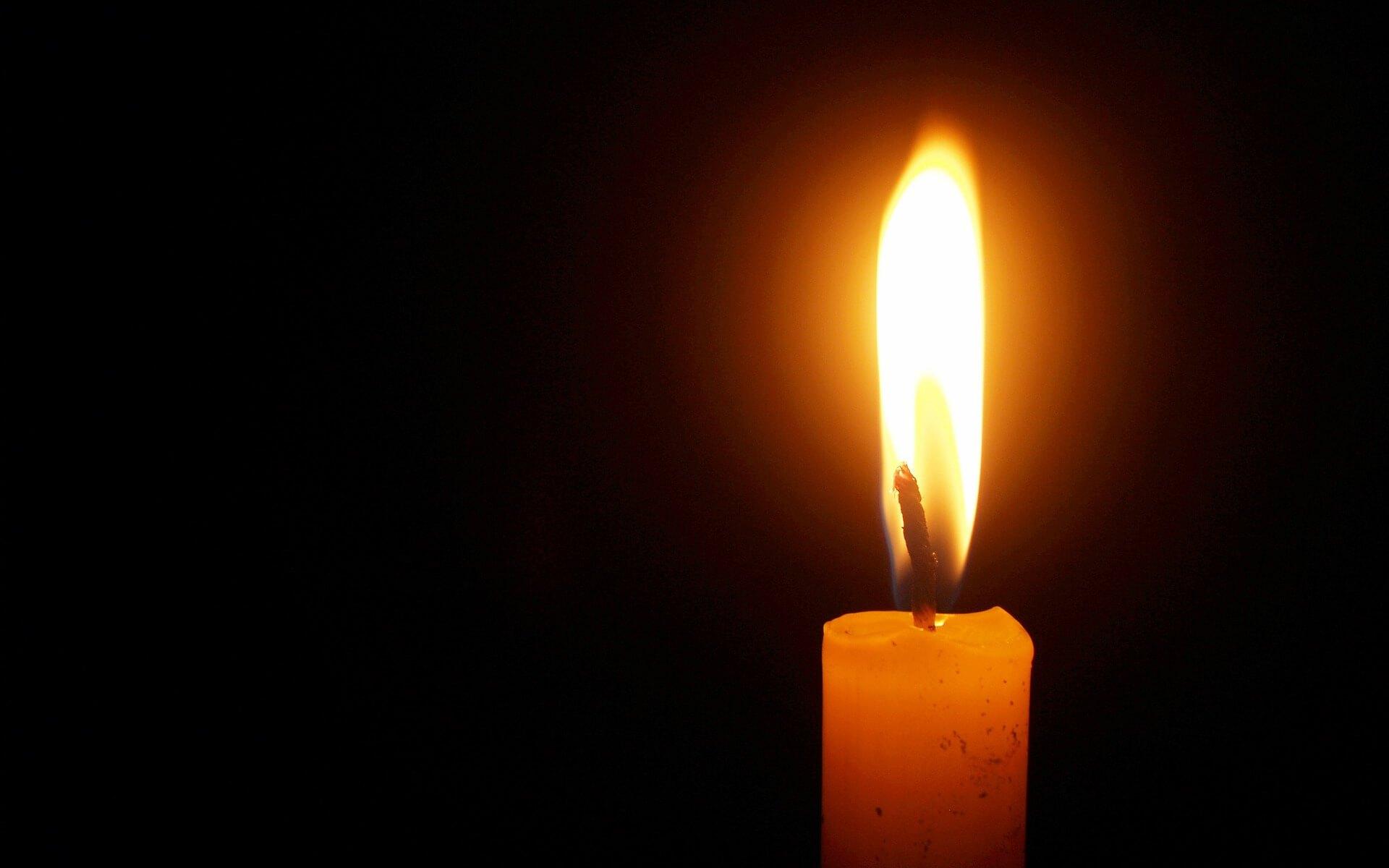 Symbolbild Tod und Hoffnung (c) Pixabay: Eine Kerze in Dunkelheit