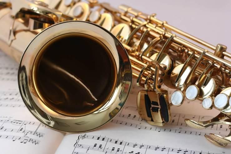 Ein Saxophon auf Noten