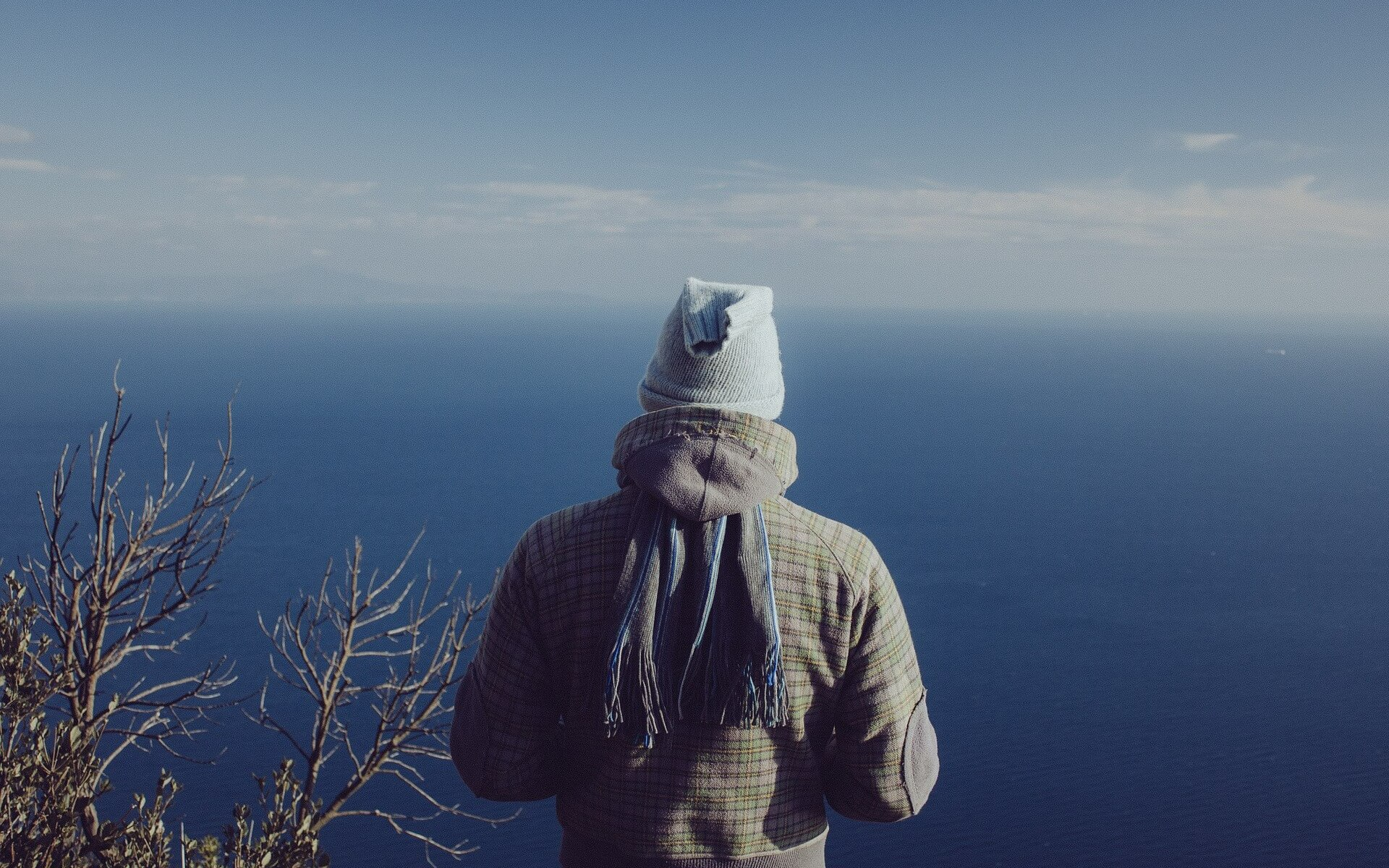 You Never Walk Alone: Mann steht am Meer und beobachtet. Bild von Republica auf Pixabay