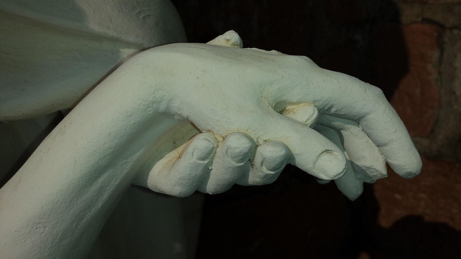 Warum DEINE Gaben gut tun und helfen: Hand in Hand, Skulptur aus Gips