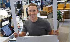 Mark Zuckerberg ve gözü siyah bantlı bilgisayarı