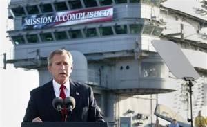 """George W. Bush: Uçak gemisinde, """"Görev tamamlandı"""" yazısı önünde"""