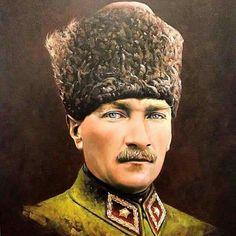 Üniformalı ve kalpaklı Mustafa Kemal, evin başköşesinde...