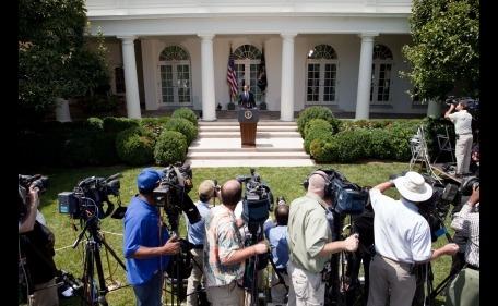 Beyaz Saray ve bahçede bekleşen gazeteciler...