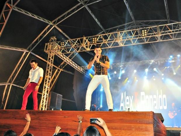 Dupla sertaneja anima segunda noite do Festival do Açaí em Feijó