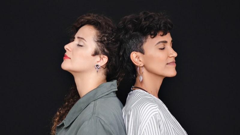 """Duo mineiro """"Dois Lados"""" celebra trajetória com EP """"Quando Tudo Parece Estranho"""""""