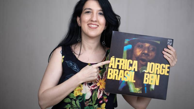 Kamille Viola lança livro África Brasil, e revela curiosidades de Jorge Ben