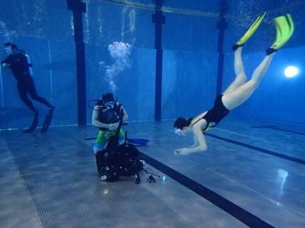 Das Jacket wird von der Oberfläche angetaucht und unter Wasser angezogen