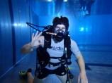 Lukas beim Training mit Vollgesichtsmaske im Hallenbad