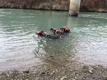 3 Fließwasserretter suchen einen vermissten Gegenstand in der Ill