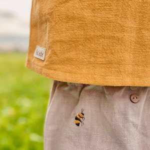 Stickerei auf Hose und Shirt