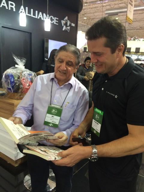 Apaixonado por gastronomia e fã das Irmãs Rocha, Glaydson Ranieri, da Air Canadá, ganhou do jornalista Antônio Noya, o + recente livro das quituteiras alagoanas.