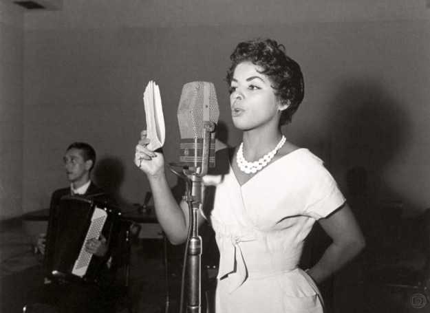 Angela-Maria-na-R_dio-Globo_dec-1950__watermark