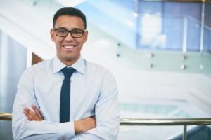 hombre-de-negocios-con-gafas-y-brazos-cruzados_1098-44