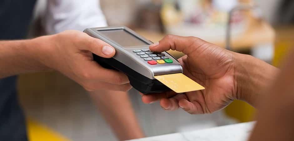 usar credito ou débito: Imagem mostra cliente passando cartão.