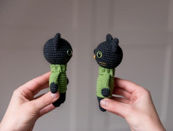 Maskotka czarny kot z zielonymi oczami