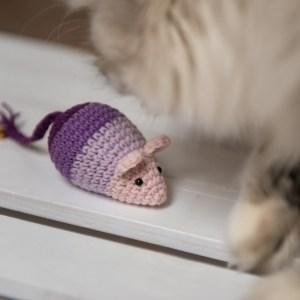 Fioletowa mysz dla kota z walerianą