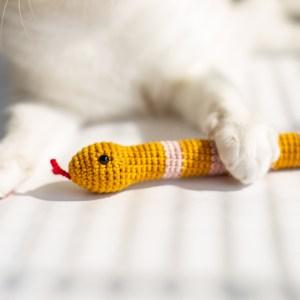 wąż zabawka dla kota