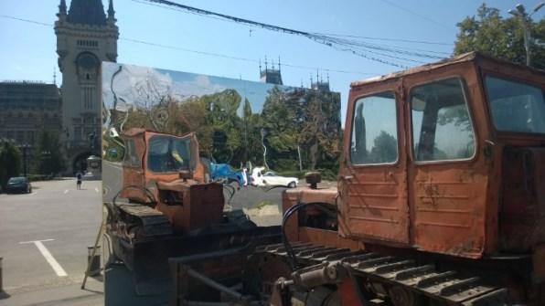 buldozer privindu-se in oglinda