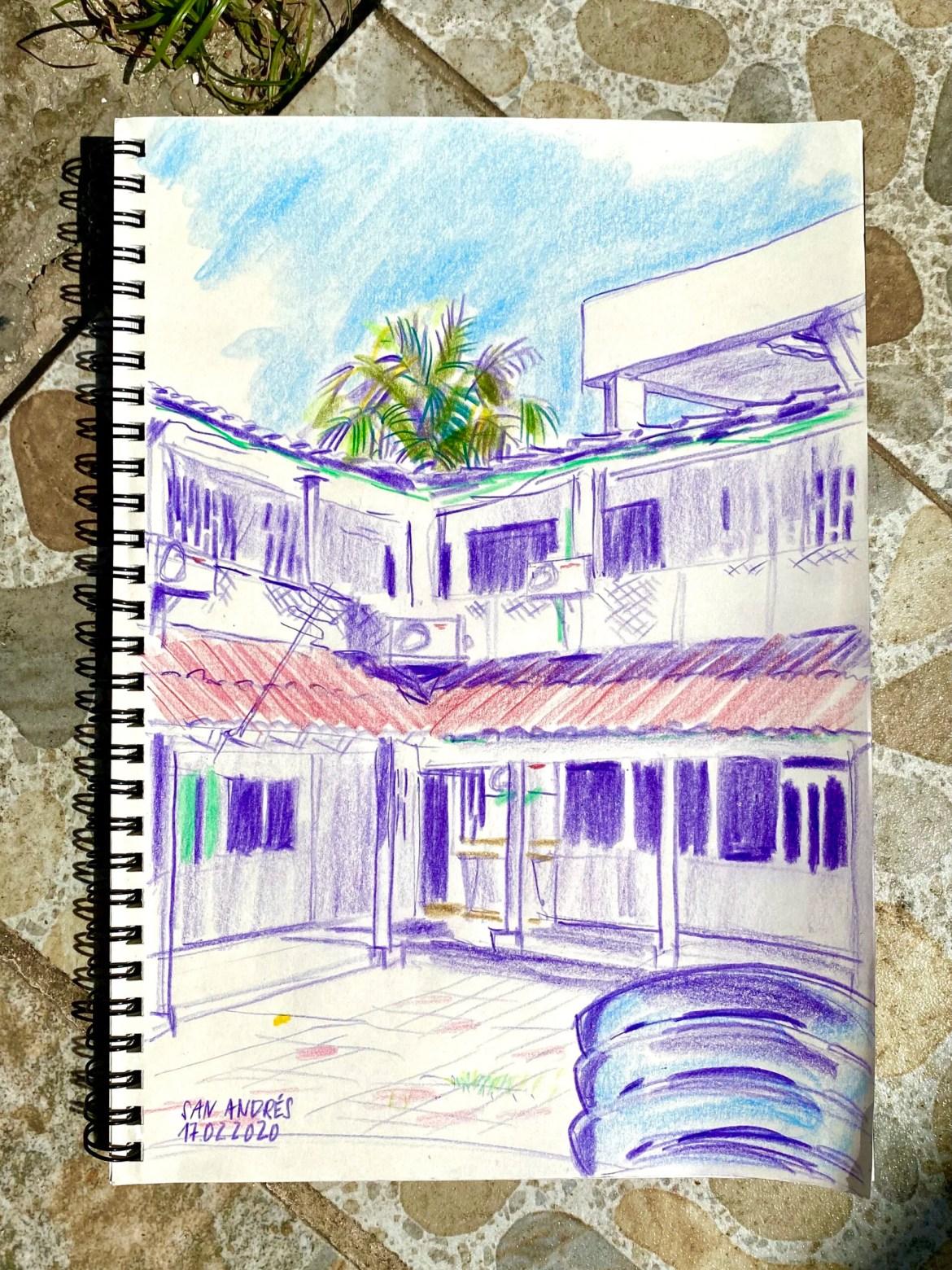 ein Hof eines dreistöckigen Gebäudes in der Karibik unter blauem Himmel vor einer grossen Palme