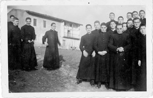 Grupo de Pamplona recién estrenada su sotana en el Noviciado