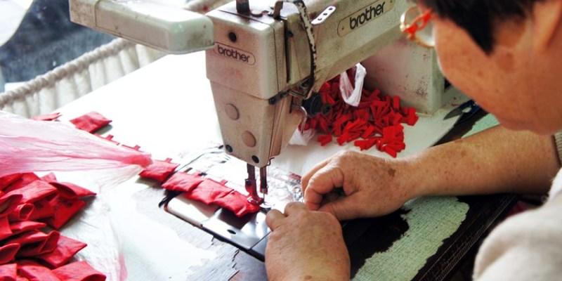 北港朝天宮 千歲阿嬤香火工作坊  阿嬤志工手工縫製的古早味紅布香火袋