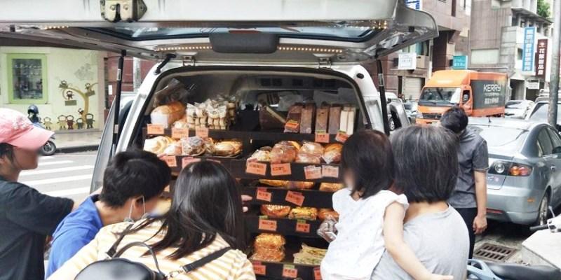 台中小吃 ㄅㄨㄅㄨ麵包車~台中街頭懷舊麵包車 紅標麵包五個100元!