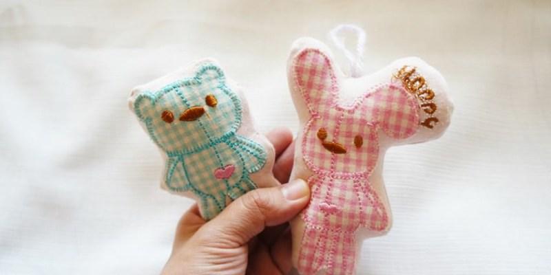 舊衣改造DIY 舊衣上的可愛圖案 剪剪縫縫塞棉花 變身為手拿小玩偶