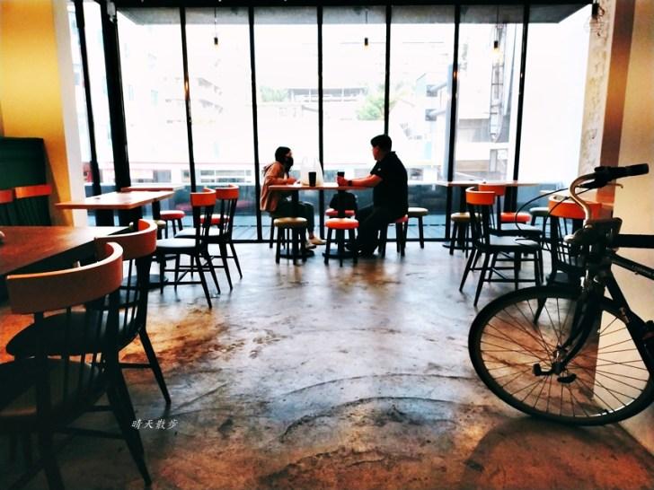 20210415154121 67 - 特色超商|全家便利商店台中新美村店~二樓有咖啡館風格的休憩區