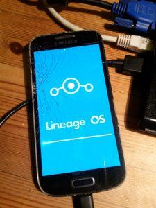 Foto von einem Smartphone mit Lineage OS Bootscreen