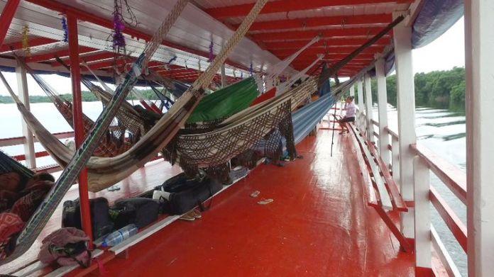 No trajeto de barco que liga o município Novo Airão à capital Manaus, no Amazonas, as redes substituem as poltronas de viagem.