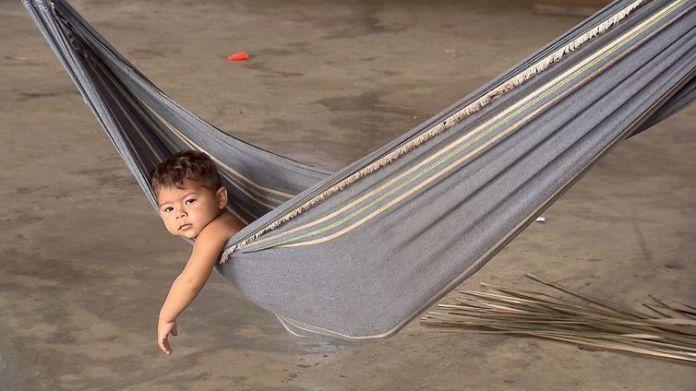 Criança amazonense no embalo da rede.