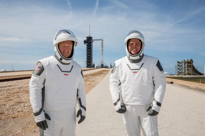 Os astronautas da Nasa Douglas Hurley and Robert Behnken participam de prova das roupas para o lançamento no Centro Espacial Kennedy.