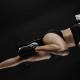 Durchtrainierte Frau bei Bauchmuskelübung - Anabole Diät