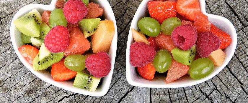 Zwei Schalen mit frischem Obst