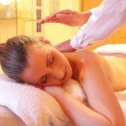Zupfmassage als Mittel gegen Dehnungsstreifen an Brust, Po, Oberschenkel, Bauch gegen Schwangerschaftsstreifen.