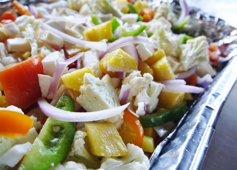 Sült zöldségek yuca gyökérrel és ananásszal
