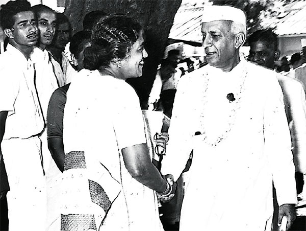Fathema Ismail and Jawaharlal Nehru at the opening of her clinic in the military barrack at Marine Drive in 1947
