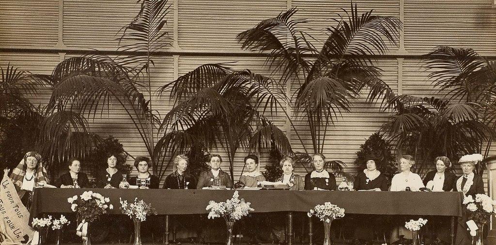 vrouwenkiesrechtcongres in 1915, met in het midden Aletta Jacobs