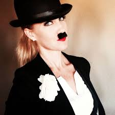Femme à la Charlie Chaplin