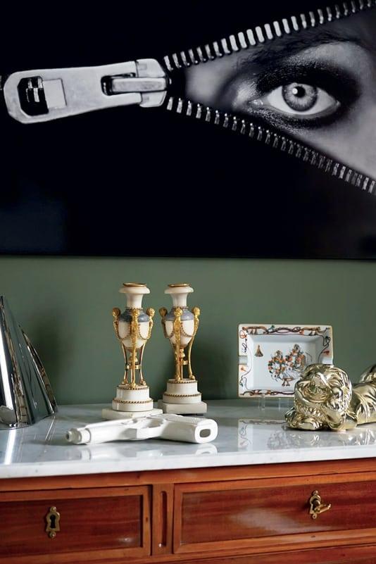 Sur la commode en acajou du salon, paire de bougeoirs en marbre et bronze ciselé et doré d'époque Louis XVI (L'ensemble Damidot Antiquités), lampe Bourgie (Kartell chez Epokhé), vide-poche en porcelaine Hermès et vase Georg Jensen.