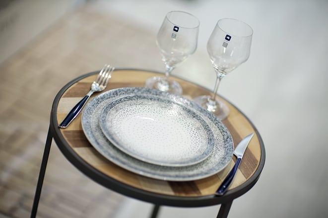 Assortiment de vaisselle Assiettes de chez Table Passion, verres à vin Leonardo, couverts Bugatti. Un trio tout en élégance, au rapport qualité-prix intéressant.