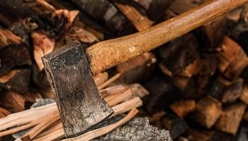 https://fendeuse-bois-facile.com - hache et bois fendu - fendre son petit bois facilement - pourquoi fendre du bois