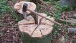 Comment fendre du bois avec un pneu... et une hache