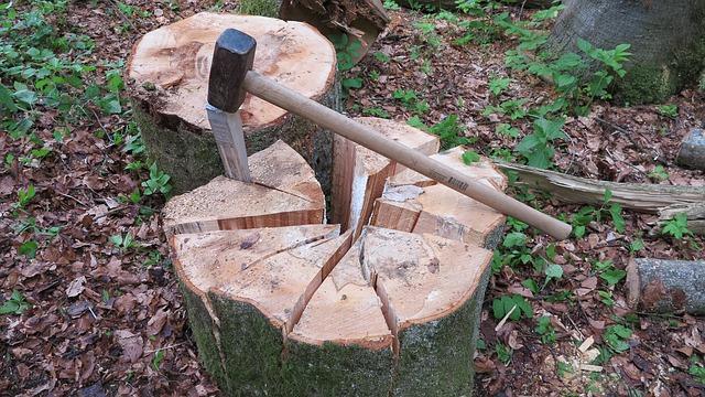 bois fendu à la main avec une hache et un coin