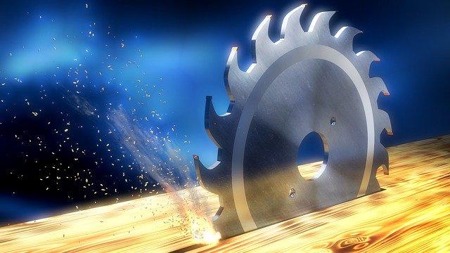 lame de scie circulaire qui coupe une planche de bois