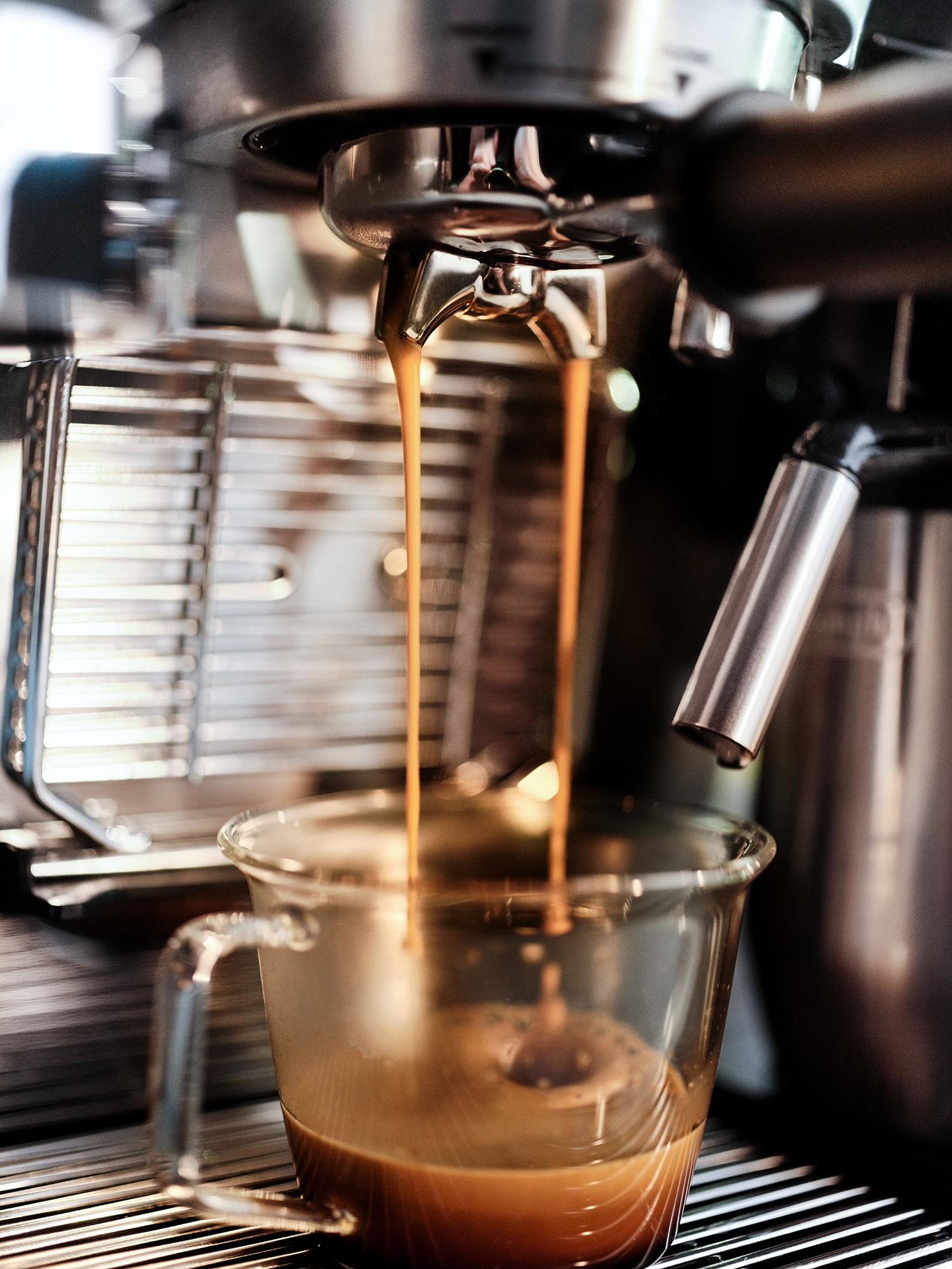 EC9665M_Lifestyle Espresso Pour